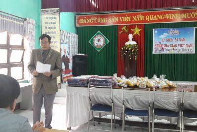 Tặng quà học sinh nghèo dịp tết 2018